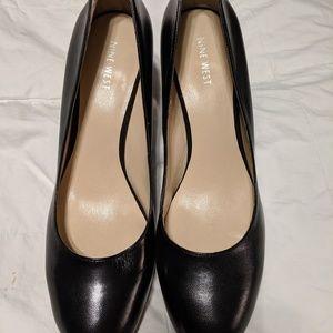 Nine West black leather dress pump